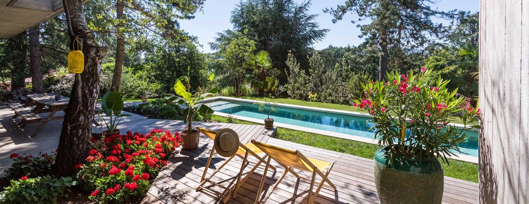Jardin fleuri et piscine paysagère