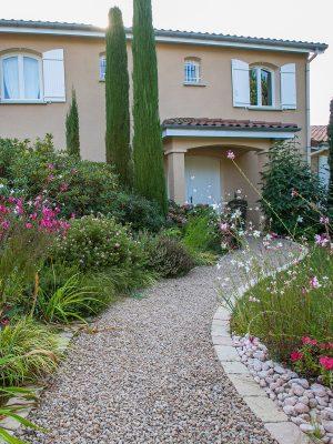 Aménagement de jardin - Ajout de graviers dans l'allée et dallage sur les bords. Végétalisation tout autour.